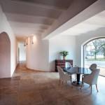 Raumbildende Ausbauten, Wanddurchbrüche und Säulen strukturieren und verbinden die Wohnbereiche.