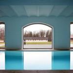 Symmetrisch angeordnete Festverglasungen erzeugen reizvolle Perspektiven.