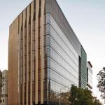 Prägnante Eck-Architektur mit abgerundeten Fassadenecken.