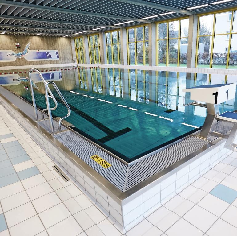 Schwimmbecken mit erhöhtem Beckenrand. Bild: Rigips