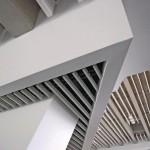 Die leichte Bearbeitbarkeit der Lamellendecke lässt auch in kniffeligen Eckbereichen eine exakte Anpassung zu.