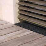 Schwellenloses Drainagesystem für einen auch optisch gelungenen Übergang zwischen Innen- und Außenbereich.