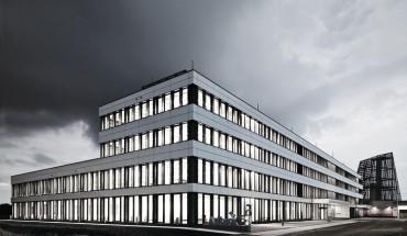 Unternehmensinhalte und Architektur korrespondieren bei der am westlichen Stadtrand Münchens gelegenen Hauptniederlassung.