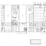 Grundriss: An den nahezu L-förmig abgewinkelten Hauptbau schließen sich in orthogonaler Ausrichtung drei Gebäudeflügel an. Zeichnungen: Ochs Schmidhuber Architekten