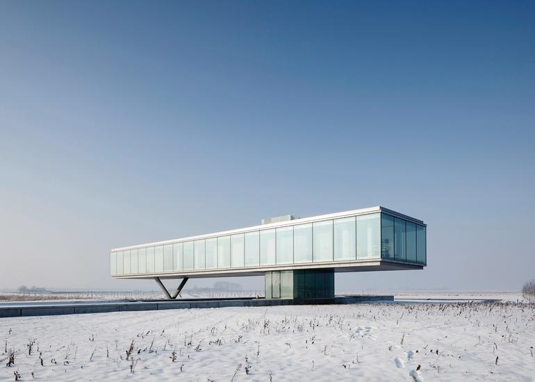 """Aufgeständert bietet die """"Wohn-Box"""" auf 715 m² BGF viel Raum und rundum freie Sicht. Bilder: Misha de Ridder"""