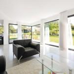 Kalksandstein-Mauerwerk mit hoher Rohdichte und dreifach verglaste Fenster sorgen für Wärmekomfort.