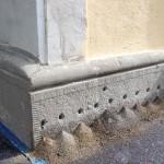 Ins stark durchfeuchtete Mauerwerk wurden Bohrlöcher für die Einführung von Heizstäben zwecks Austrocknung gebohrt.