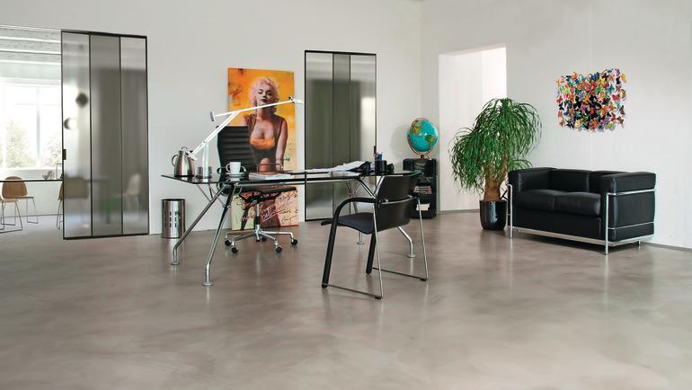 Fugenloser Boden mit Schleifmuster für ein Büro. Bild: Silikal