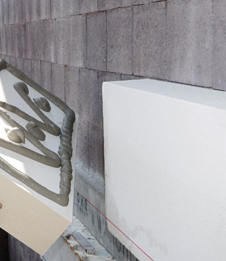 Dämmplatten werden auf Mauerwerk aufgebracht. Bild: Knauf