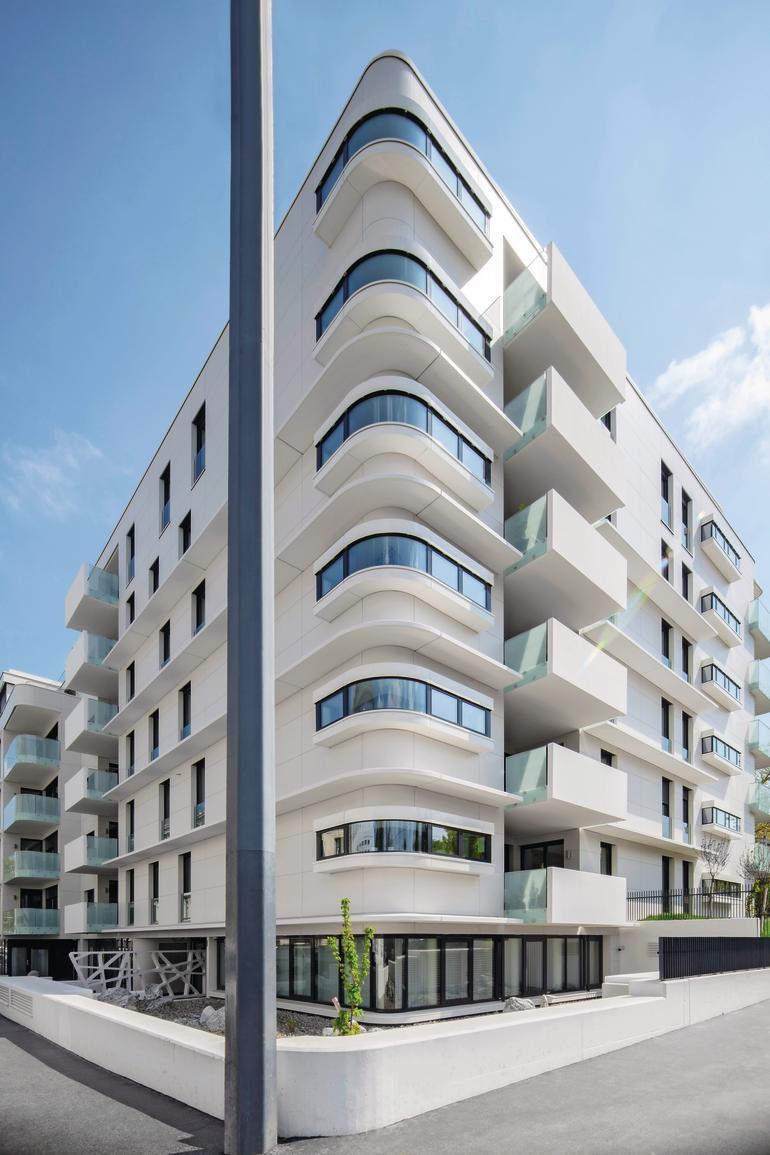 Eine umlaufende Eckverglasung gibt diesem Wohnhaus einen futuristischen Look. Bild: Monika Nguyen