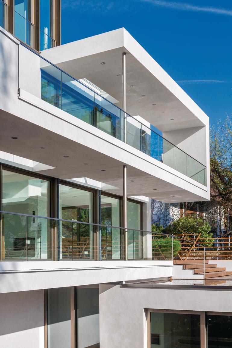 Eine fortlaufende Geometrie verleiht dieser mehrstöckigen Villa eine spielerische Leichtigkeit. Bild: Caparol