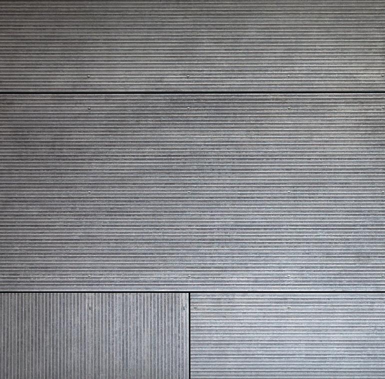 Angegraute Terrassendielen mit feinen Rillen. Bild: Eternit