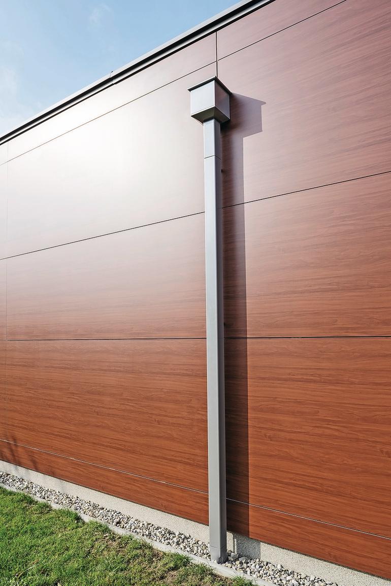 Regenrinne an einer Fassade in Holzoptik. Bild: Prefa