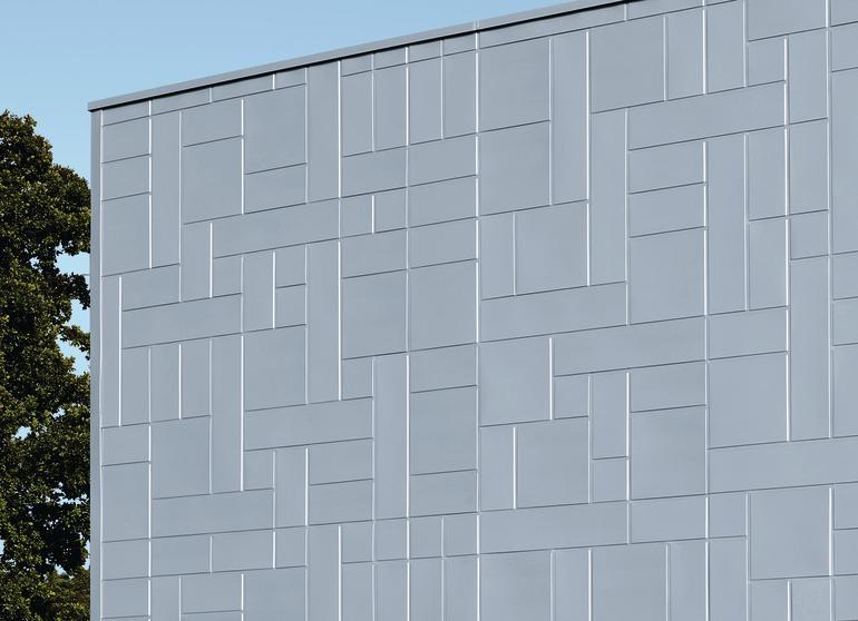 Metallfassade aus verzinkten Fassadenplatten in unterschiedlichen Größen. Bild: Rheinzink