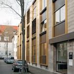 Fassadenaufwertung durch gebäudehohe Rahmenelemente.