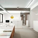Eingangsbereich mit Carte Blanche: Der Präsentationstisch wird auch für Ausstellungen genutzt. Alle Bilder: aib GmbH | Markus Heinbach