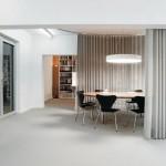 Besprechungs- und Veranstaltungsbereich im 1. Obergeschoss: Flexible Kommunikation dank rundum schließbarer Trennwand.