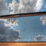 Die 700 m² große vertikale Photovotaikanlage ist zugleich Gestaltungselement und Energielieferant für die Wärmepumpe.