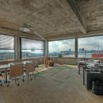 Im obersten Geschoss befinden sich Büroräume mit ringsum laufenden, dreifach verglasten Fenstern und mit Blick auf den Rhein.
