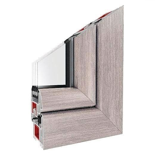 Die Ecke eines dreifach-verglasten Fensters, mit Rahmen und Profil. Bild: Drutex
