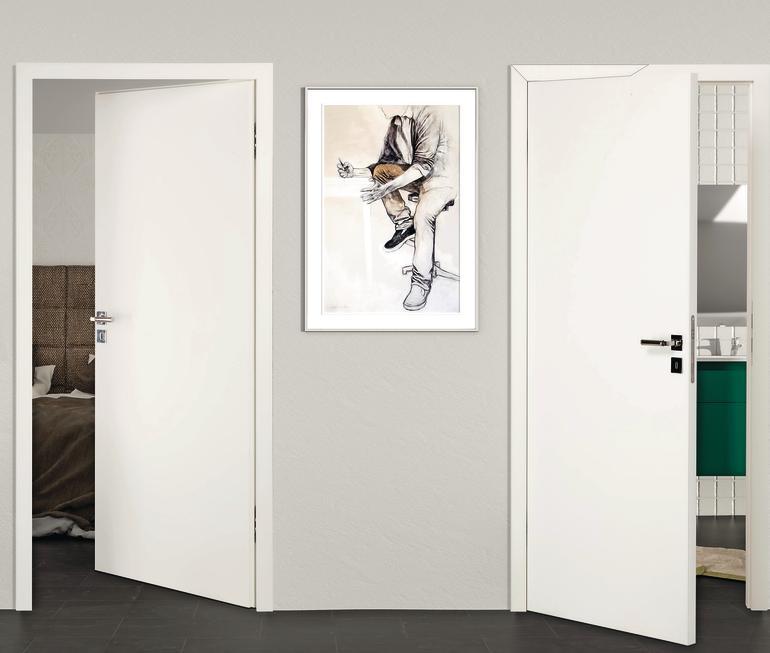 Ein Gemälde hängt zwischen den leicht geöffneten Türen von Schlaf- und Badezimmer. Bild: Köhnlein