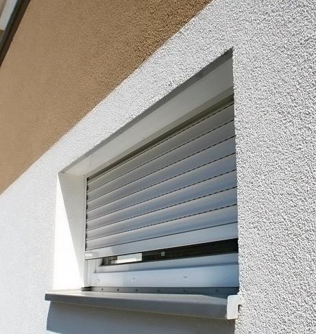 Ein kleines Fenster mit Rollladen. Bild: Magu