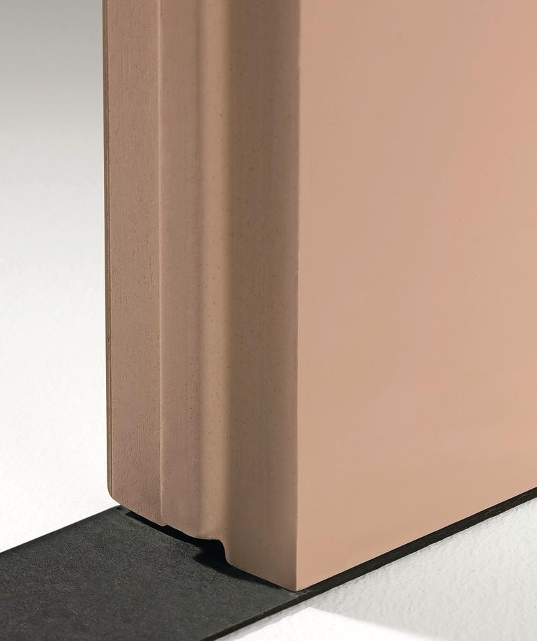 Eine rötlich-braune Platte steht hochkant auf einem schwarzen Band. Bild: MultiGips