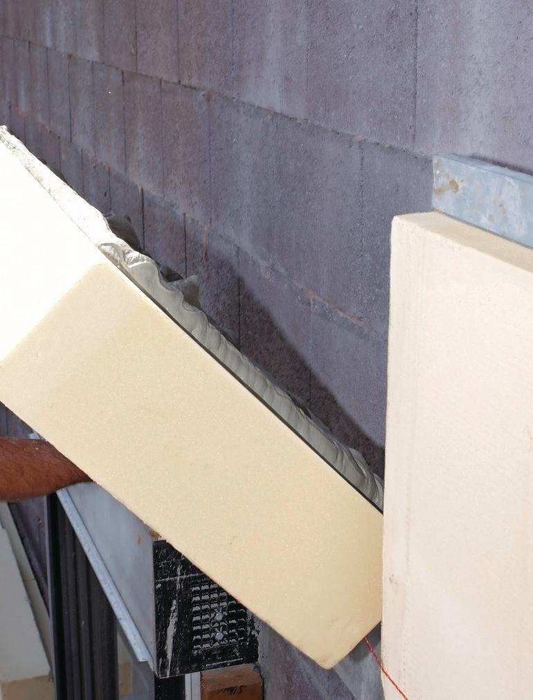Dämmplatten werden auf einer Ziegelwand angebracht. Bild: puren