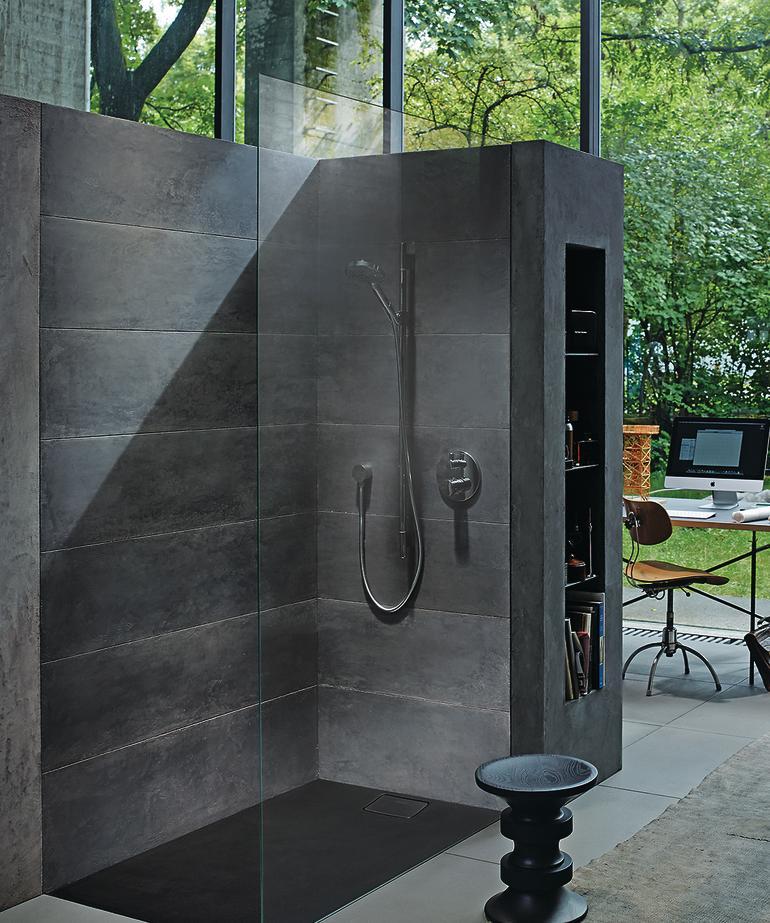 Bodenebene Dusche aus dunklem Beton. Bild: Duravit