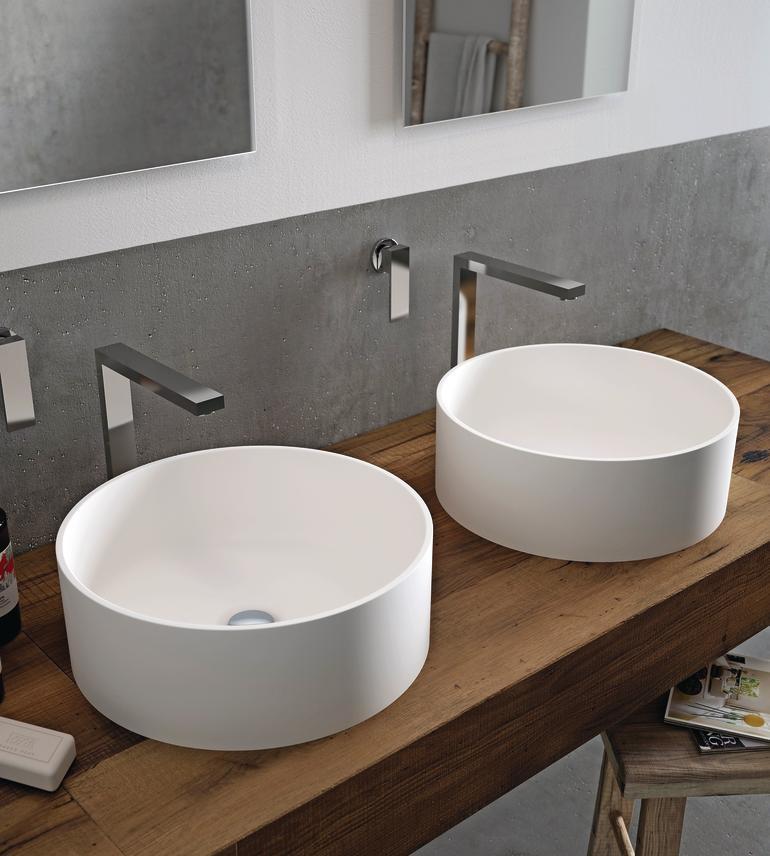 Waschtisch mit zwei getrennten, freistehenden Becken. Bild: Hi-Macs