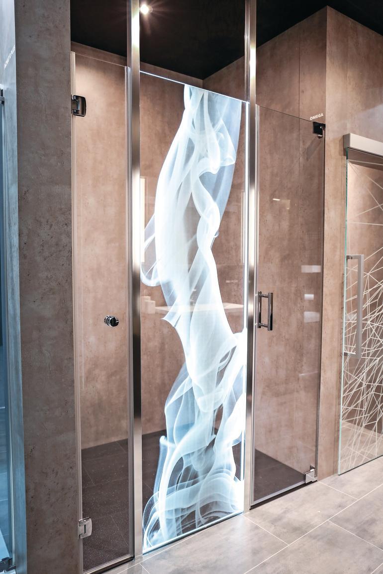 Glastür für den Duschbereich mit blau-weißen Motiv. Bild: Sprinz