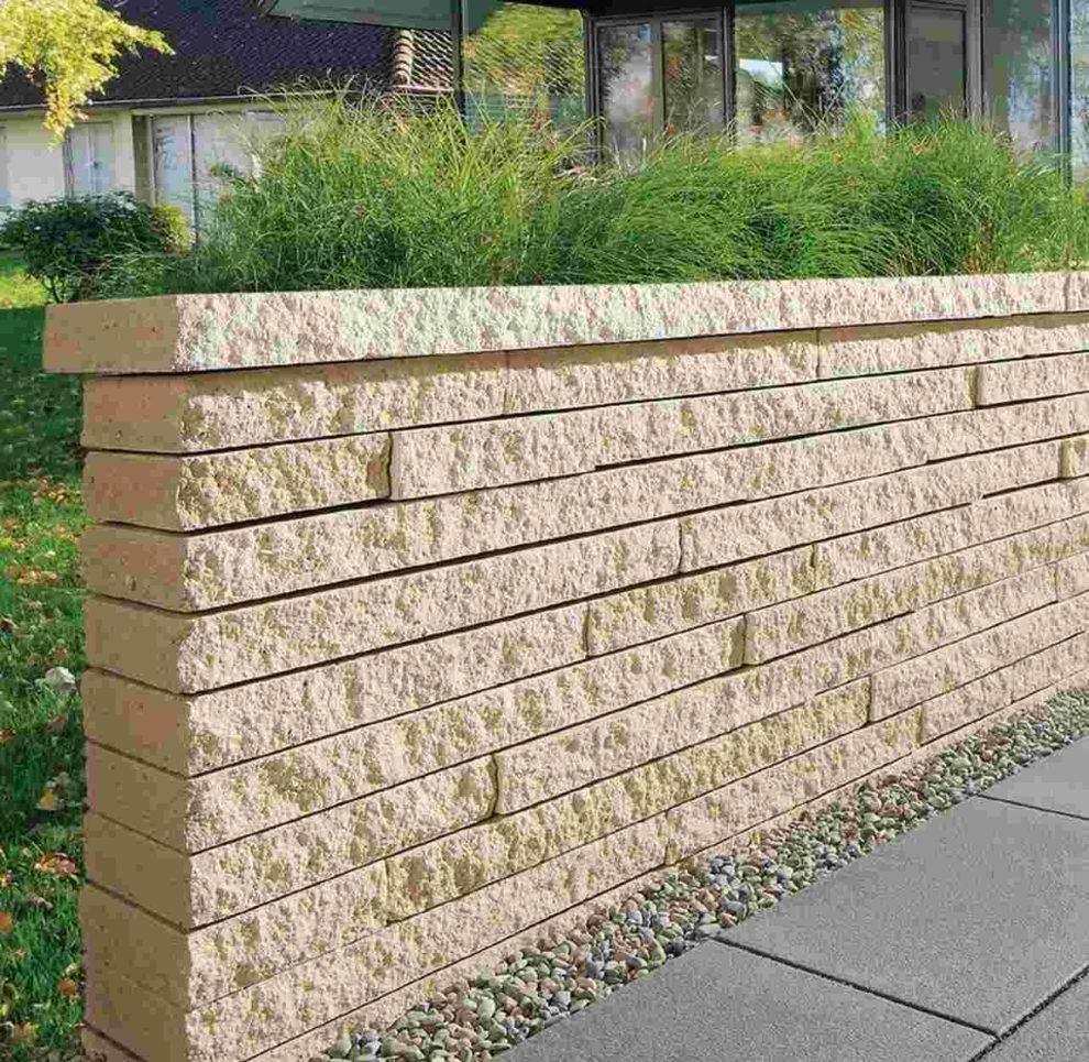 Mauer aus hellen Natursteinblöcken. Bild: braun-steine