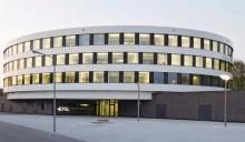 Über dem massiven Sockelgeschoss scheint die Rotunde zu schweben. Bild: Werner Huthmacher