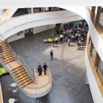 Um ein sphärisches Dreieck rotieren die Büroebenen, die über brückenartige Treppenläufe verknüpft werden und Blickbezüge von einer Ebene zur anderen zulassen. Bild: Ralf Brunner