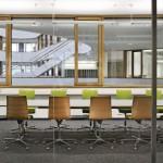 Der gläserne Besprechungsraum bietet Ein- und Ausblicke. Bild: Werner Huthmacher