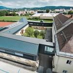 Ein denkmalgeschütztes Amtsgebäude in Kärnten wurde mithilfe eines Metalldach- und -fassadenaufbau aus Aluminiumblech saniert.