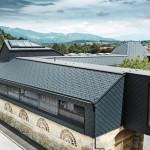 Fassade und Steildächer in Material-Harmonie dank der Dach- und Wandrauten aus Aluminium.