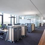 Offen und doch geschützt: Kuben gliedern Arbeitsplätze der Softwareentwickler. Bilder: Nikolay Kazakov, Karlsruhe, www.kazakov.de