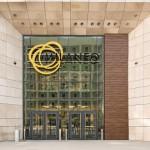 Das Milaneo-Shopping-Center öffnet mit zweiflügeligen automatischen Drehtüren.