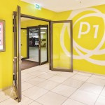 Schleusensystem im Parkhaus: Multifunktionale Tür mit Drehtürantrieb. Bilder: Geze