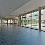 Die Gebäudeteile sind im Erdgeschoss durch überdachte und teils verglaste Pausenhallen miteinander verbunden.