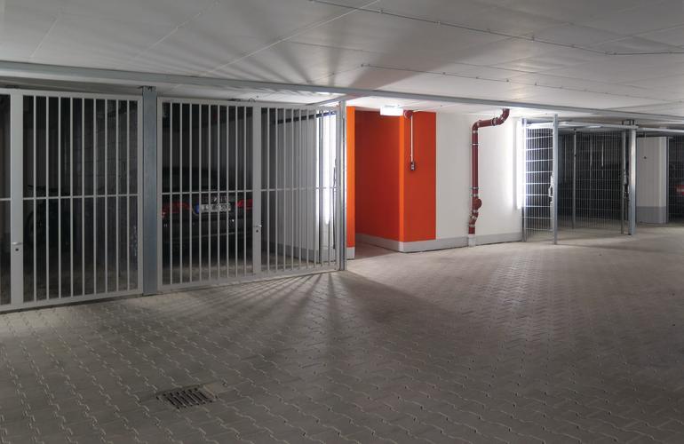 Oranger Farbakzent kennzeichnet den Ausgang aus der Garage. Bild: Käuferle