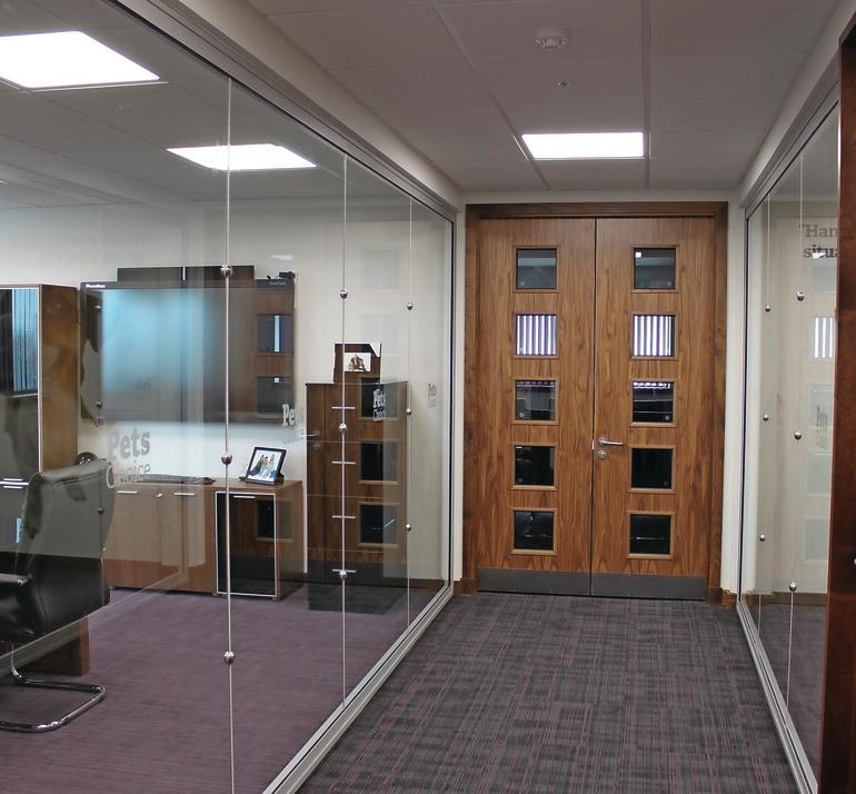 Büroflur zwischen Glastrennwänden. Bild: Pilkington