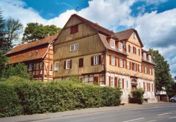 Das Forsthaus mit angrenzendem Seitenflügel vor der Sanierung