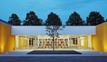 Multifunktionsregalwand als Blickfang durch die Verglasung der Fassade. Alle Bilder: Dietmar Strauß Bildermacher