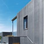 Nicht nur die Fassade, sondern auch die Balkonbrüstung besteht aus Titanzink-Streckgitter. Bild: Rheinzink