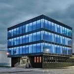 Weithin leuchtend: Glaskubus in Form und Farbe eines Eisblockes. Bild: Schüco International AG