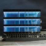 Die profilintegrierte LED-Lichtlösung zaubert bei Dunkelheit einen effektvollen Lichtkörper. Bild: Schüco International KG