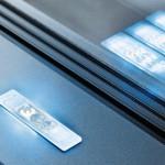 Einfach installiertes LED-Lichtsystems: Für das LED-Modul sind Leitungen, Konverter und Drahtverbindungen Systemkomponenten. Bild: Schüco International KG