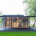Bungalow mit weit auskragendem Dach und Glasfassade. Bilder: Bernhard Klug (Junior)